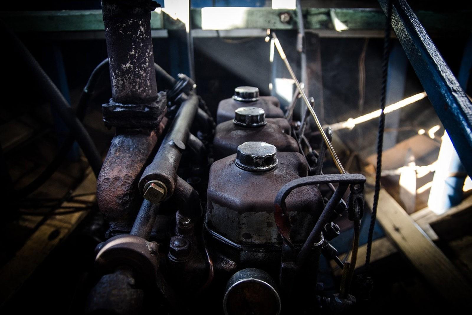 Hvordan skifter jeg olie på bådmotoren?