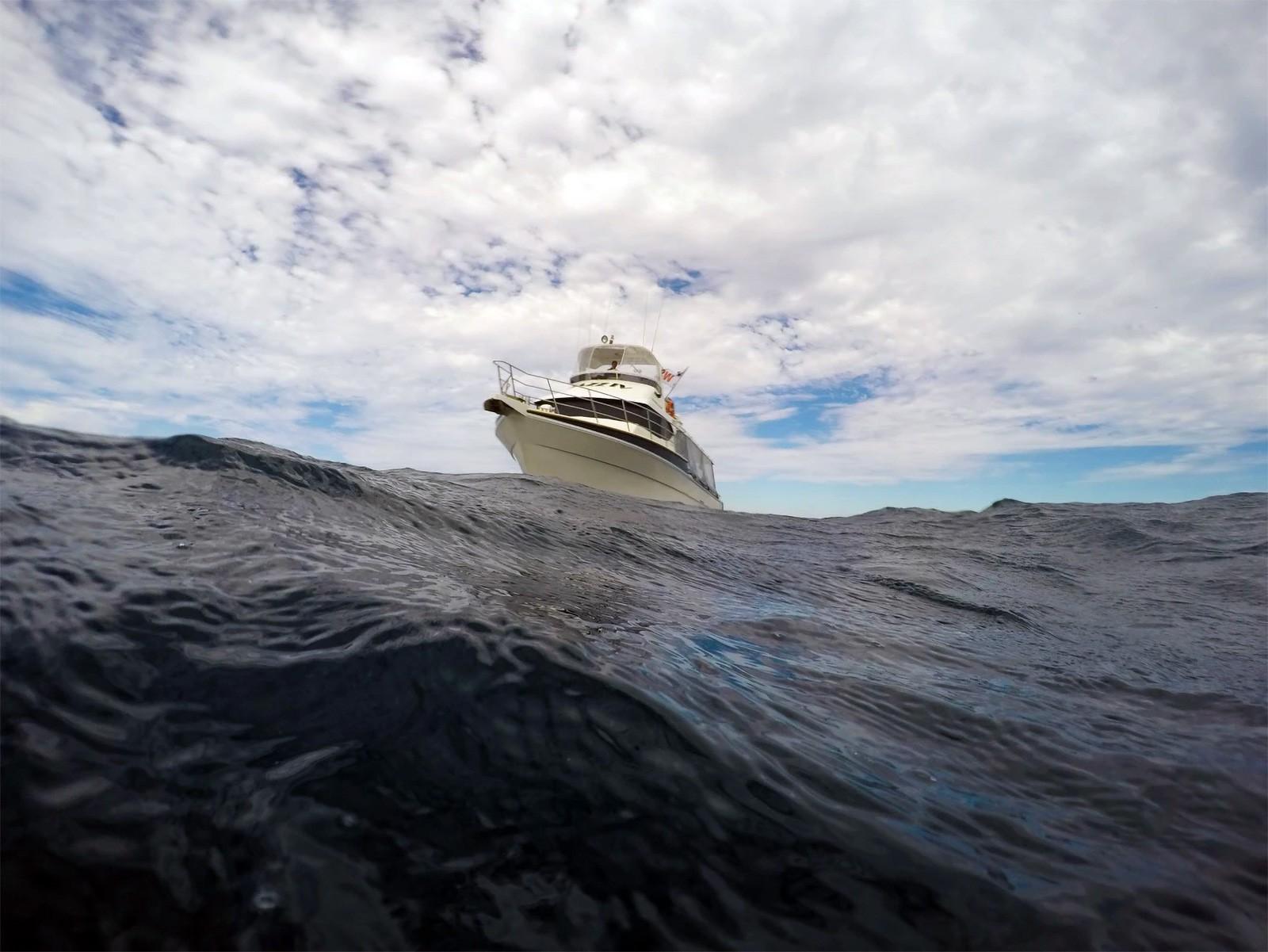 Stor båd på åbent hav